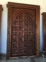 Puerta de madera antigua en 2 hojas. Mide 1,53 cm x 2,45 cm de alta.