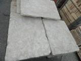 Piedra de suelo natural. Mide 60 cm x 40 cm x 10/12 cm de grosor. En stock hay 80.40 m2