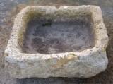 Pila de piedra arenisca. Mide 54 cm x 46 cm x 19 cm de alto.