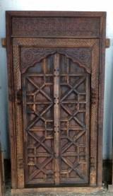 Ventana de madera tallada. Mide 75 cm x 1.43 cm de alto