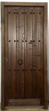 Puerta de madera de pino. Terminada de color en nogal con bisagra especial. Mide 95 cm x 2,10 cm