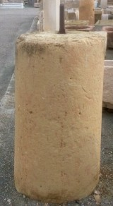 Rulo de piedra caliza. Mide 60 cm de diámetro x 1.05 cm de alto.