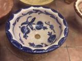 Lavabo de cerámica para encastrar y sobre encimera, color beige decorado con granadas en color azul. Diámetro exterior 41 cm, diámetro interior 33 y altura 18 cm
