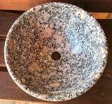 Lavabo de granito. Mide 40 cm de diámetro x 17 cm de alto