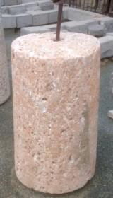 Rulo de piedra rojiza. Mide 50 cm de diámetro x 89 cm de alto