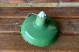 Lámpara industrial antigua de hierro y cerámica esmaltada. Mide 30,5 cm de diámetro x 16 cm de alta