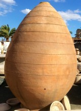 Tinaja de barro. Mide 2,50 cm altura x 1,63 cm diámetro.