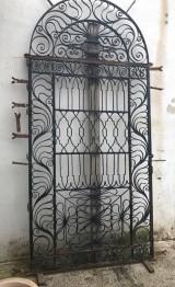 Puerta de cancela de hierro en dos piezas, año 1852, mide 1.50 cm ancho x 3.16 m de alta. Medida de hoja 93.5 cm x 2.04 m