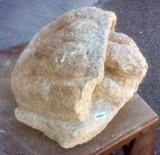 Escultura hecha en piedra natural con cincel y martillo. Mide 35 cm