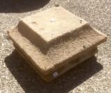 Final de poste suelto de piedra antigua. Mide 32x32x17 cm de alto.