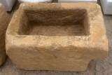 Pila de piedra arenisca. Mide 70 cm x 48 cm x 40 cm de alto.