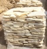 Palets de piedra amarillo Triana, a 25 m2 cada uno. Se puede usar como zócalo o suelo.