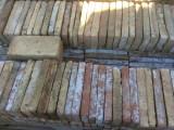 Ladrillo de suelo antiguo. Mide 28x14x4 cm. En stock hay 131 Uds = 5,13 m2