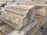 Cornisa de piedra antigua, tiene una esquina. Hay 31 ml en total