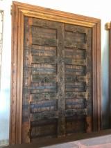 Puerta de madera antigua de 2 hojas, mide 1,54 cm x 2,25 de alta.
