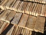 Ladrillo de suelo antiguo. Mide 28x14x3 cm. En stock hay 224 Uds = 8,78 m2