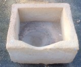 Pila de piedra arenisca. Mide 45 cm x 40 cm x 25 cm de alto