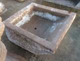 PIla de lavar de piedra antigua, mide 93 cm x 81 cm x 45 cm de alta.