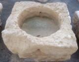 Pilón cuadrado de piedra arenisca. Mide 83 cm x 82 m x 50 cm de alto