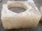 Pilón rectangular de piedra arenisca. Mide 1.03 cm x 82 cm x 50 cm de alto.
