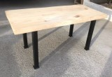 Mesa de madera de pino con patas de hierro. Mide 1.60 m de largo x 77 cm de ancho x 75 cm de alto