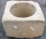 Pozo de piedra caliza. Mide 85 cm x 80 cm x 52 cm de alto, y 60 cm de diámetro interior.