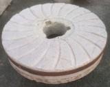 Piedra de molino de piedra viva gris. Mide 130 de diámetro x 25 cm de grueso.