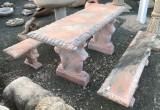 Mesa y dos bancos de mármol rosa tallado. La mesa mide 1,60 cm de larga x 60 cm de ancha x 73 cm de alta.
