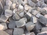 Adoquin de basalto antiguo . Mide 10 cm x 10 cm x 10 cm de alto. Hay 130 m2