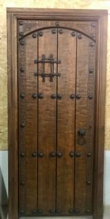 Medidas: 99 cm ancho x 2.11 cm alto. Con cerradura de seguridad, madera maciza de pino rojo.