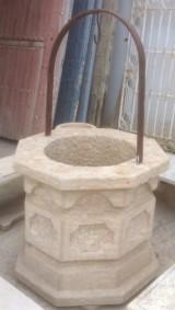 Pozo de piedra con arco. Mide 92 cm x 92 cm x 83 cm de alto y 60 cm de diámetro interior.