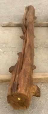 Viga de madera rústica de pino. Mide 33 cm de diámetro x 3 mts de altura