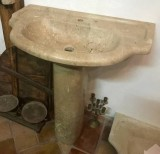 Lavabo de piedra con pie. Mide 76 cm x 48 cm x 14 de alto. Altura total 87 cm