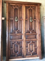 Puerta de madera de nogal estilo modernista con tiradores originales. Mide 2.85 de alta x 1.70 de ancha