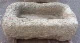 Pilón rectangular de granito. Mide 1 m x 55 cm x 39 cm de alto