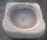 Pilón cuadrado de granito. Mide 77 cm x 73 cm x 28 de alto.