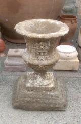Copa decorativa color ocre envejecido, piedra artificial. Mide 66 cm x 66 cm x 20 cm de altura la base x 60 cm de diámetro x 72 cm de alta la copa. En total mide 92 cm de alta