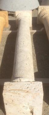 Columna de piedra travertino abujardada. Mide 2,32 cm de alta y su base 36x36 cm diámetro 20/25 cm