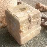 Base de piedra antigua. Mide 27x27x29 cm de alta.
