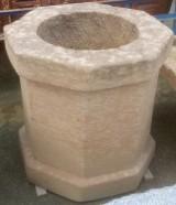 Pozo de piedra caliza. Mide 93 cm x 93 cm x 95 cm de alto y 60 cm de diámetro interior.