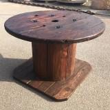 Mesa de madera hecha a partir de una bobina de cable. Mide 1.24 cm de diámetro x 82 cm de alto