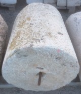 Rulo de piedra caliza. Mide 66 cm de diámetro x 73 cm de alto.