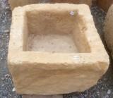 Pila de piedra arenisca. Mide 39 cm x 38 cm x 29 cm de alto.