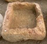 Pila de piedra roja. Mide 49 cm x 46 cm x 26 cm de alta.