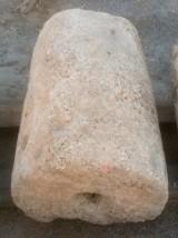 Rulo de piedra caliza. Mide 50 cm de diámetro x 78 cm de alto.