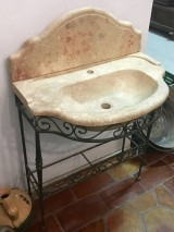 Lavabo de piedra con pie de forja. Mide 76 cm x 46 cm x 14 de alto. Altura total 85 cm