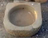 Pila de piedra cuadrada. Mide 48 cm x 45 cm x 16 de alto.