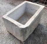 Pilón de piedra caliza antiguo. Mide 94 cm x 62 cm x 55 cm de alto