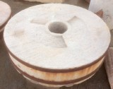 Piedra de molino de piedra viva. Mide 1.31 cm de diámetro x 35 cm de grueso