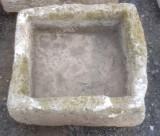 Pila de piedra arenisca. Mide 46 cm x 43 cm x 18 cm de alto.